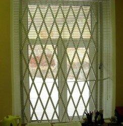 решетка оконная из квадрата установленная внутри помещения