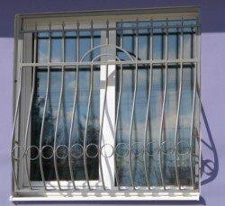 Решетка на окно в квартире с простым рисунком