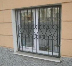 небольшая решетка для цокольного окна