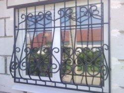 дутая решетка на окне дома